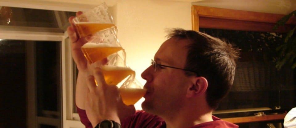 homem com copos cerveja