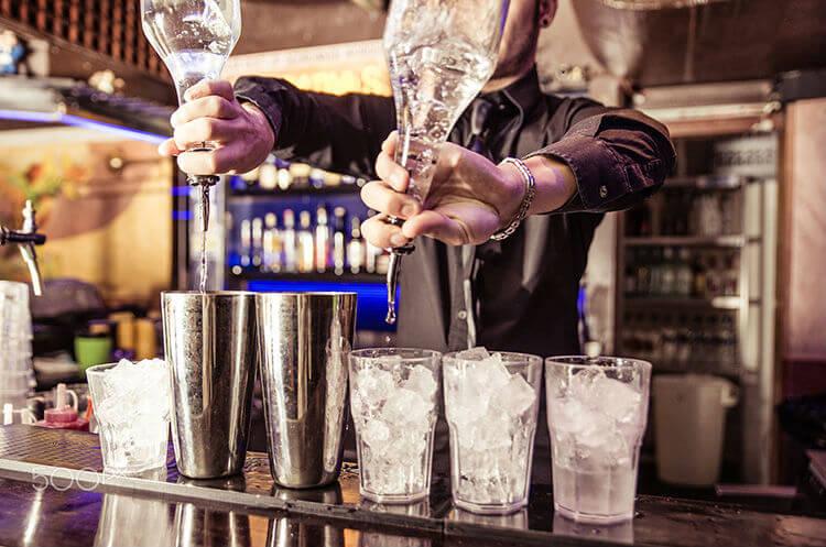 bartender fazendo drink
