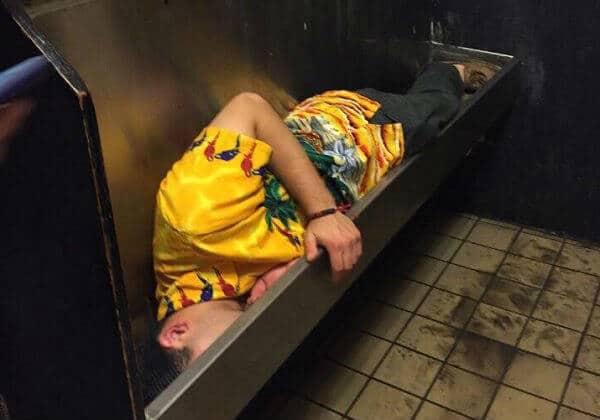 homem dormiu no mictório