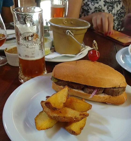 Sanduíche e batatas com chopp especial de outono