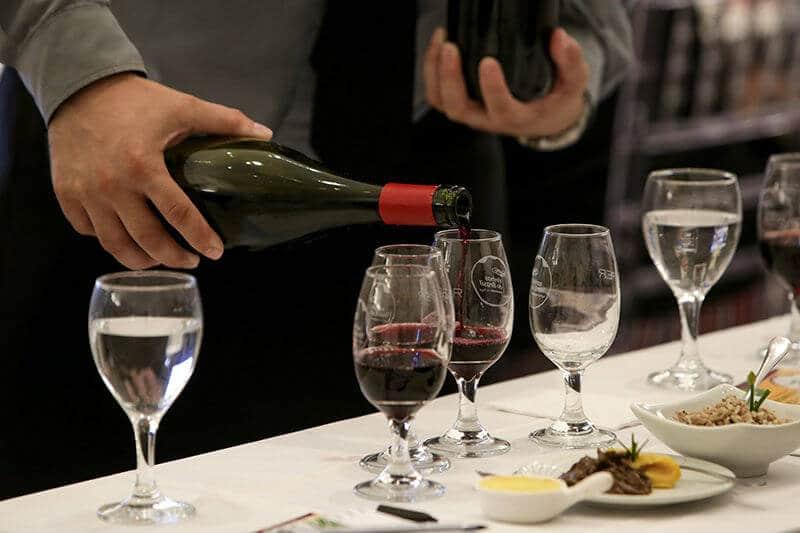 Garcom colocando vinho no hamonização do Terroirs do Brasil