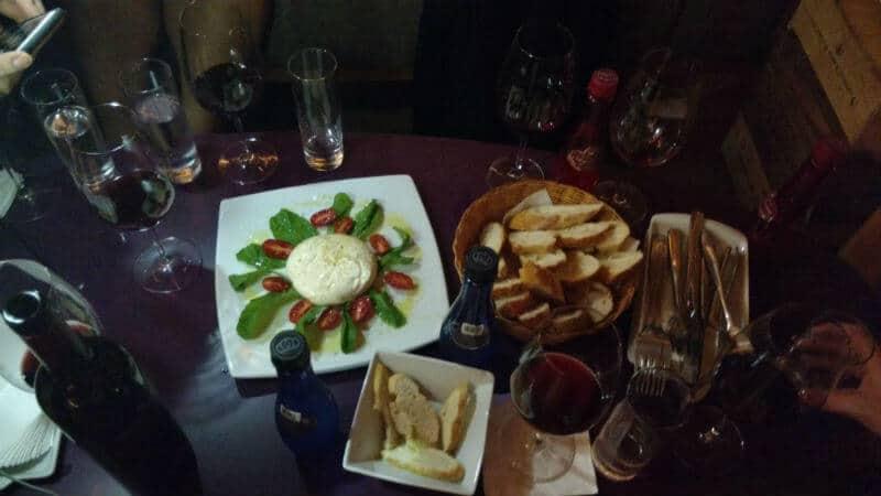Petiscos e vinho da Quarta de Taças