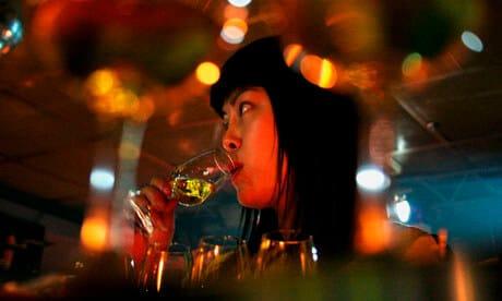 Mulher bebendo Whisky na China