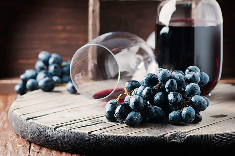 taça de vinho e uvas