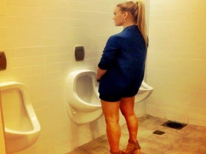 mulher fazendo xixi em pé no banheiro