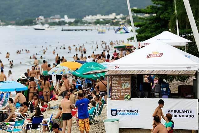 praia de florianópolis com quiosque