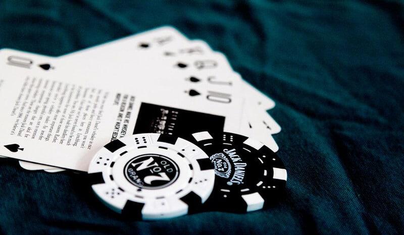 baralho e fichas de poker do jack daniel's