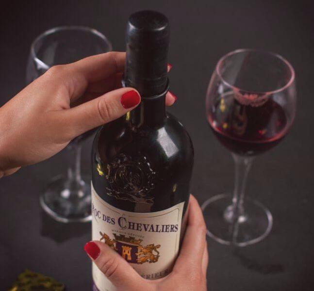 garrafa com camisinha de vinho