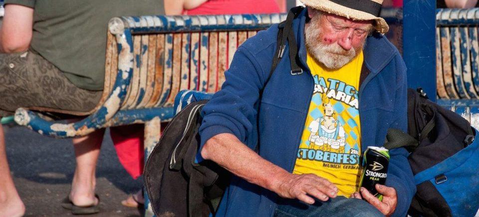homem velho bebendo de ressaca