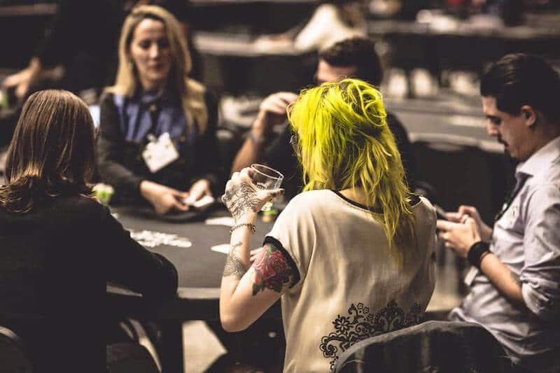 mesa de poker com a galera jogando