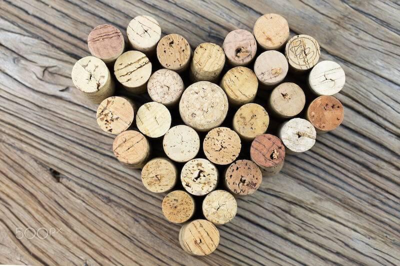 rolhas de vinho no formato de coração