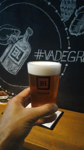 Copo com chopp do BeerLab