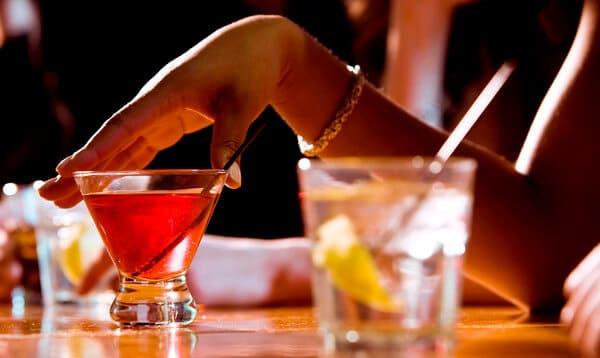 Mão segurando drink