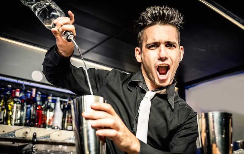 bartender brincando