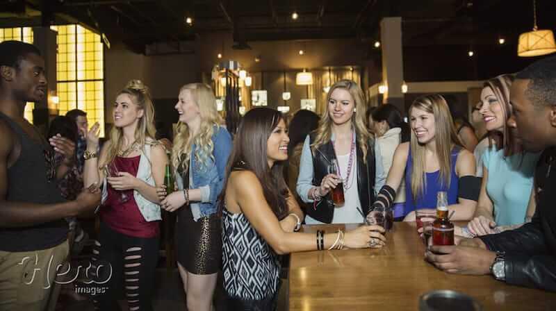 beber em pé no bar