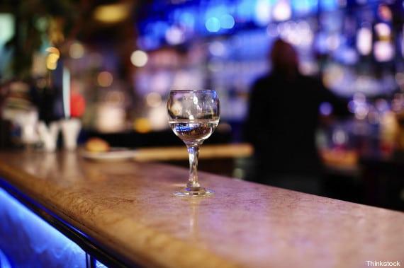 Copo de bebida no balcão