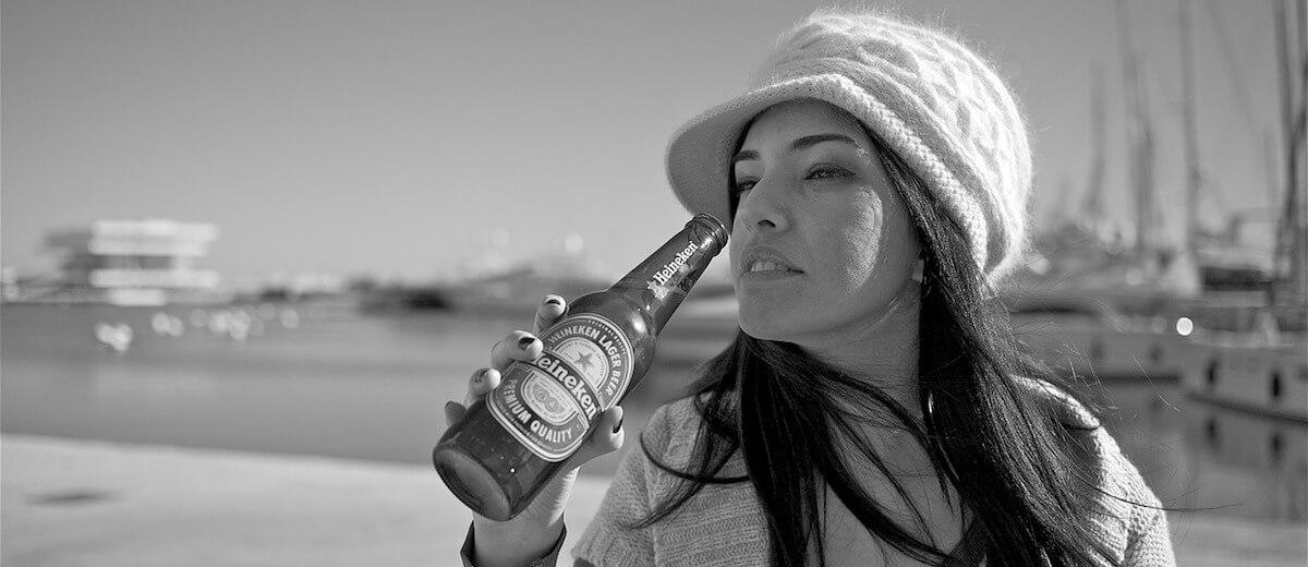 mulher bebendo heineken
