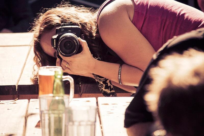 mulher fotografando cerveja