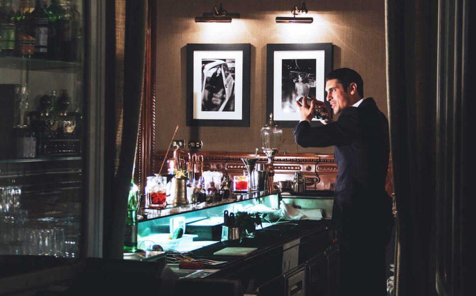 bartender preparando um drink