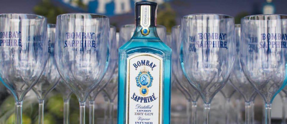 copos e garrafas do Bombay Sapphire