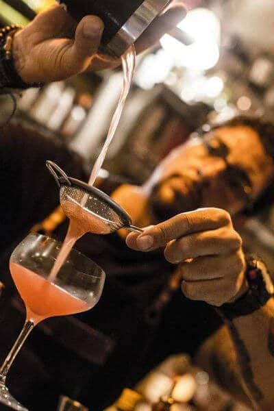 walter garin preparando drink com red label no Speakeasy