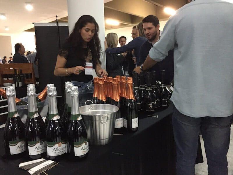 atendente e vinhos