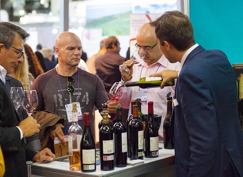 garçom servindo vinho no Bahia Vinho Show
