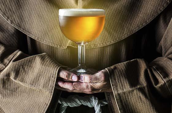 monge trapista segurando cerveja