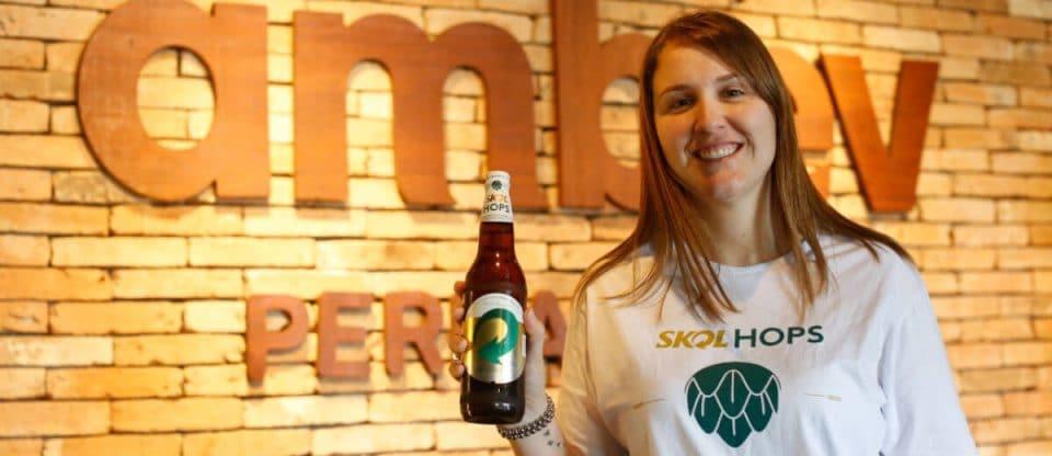 SKOL Hops e mestre cervejeira laura