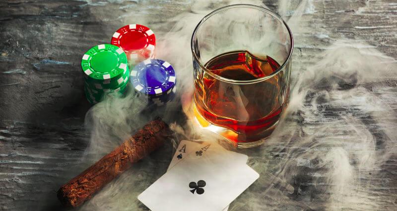 baralho, charuto e whisky