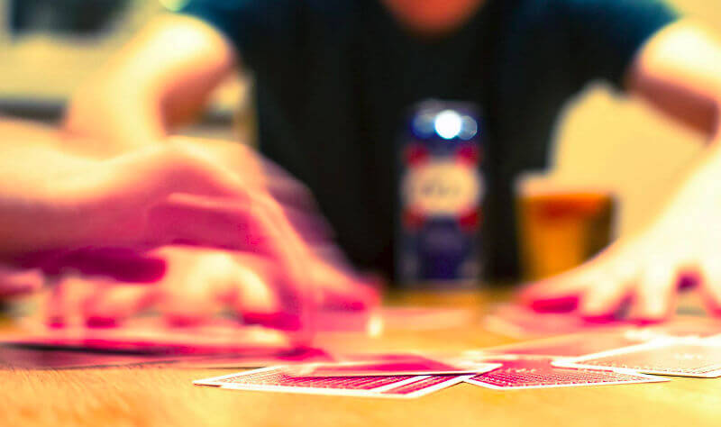 galera jogando Blackjack drinking game