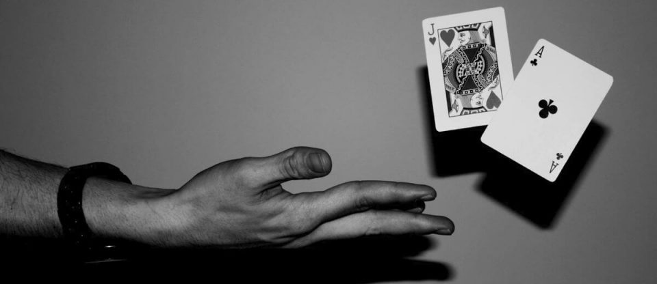 mãos jogando cartas