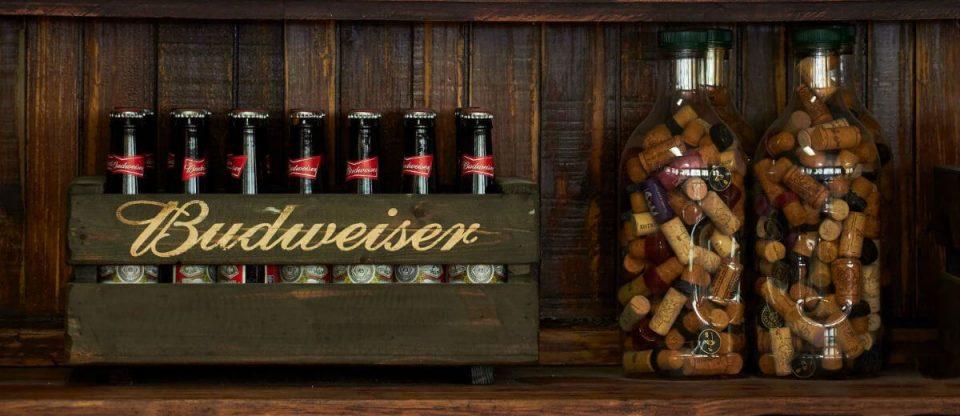 caixa com garrafas de budweiser