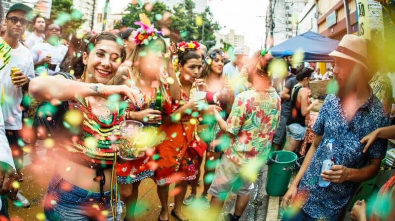 bloco de carnaval e purpurina
