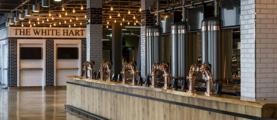bares e torneiras do estádio de futebol com sua cervejaria própria
