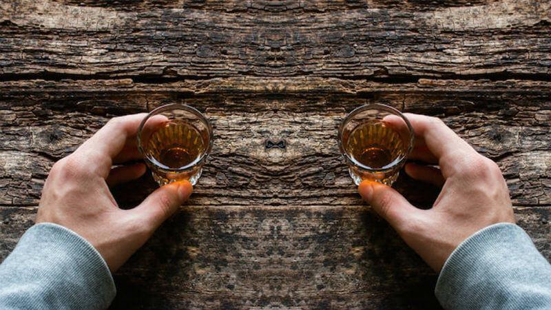 bebendo shots de tequila