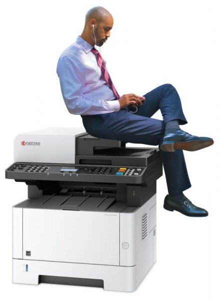 homem sentado na impressora