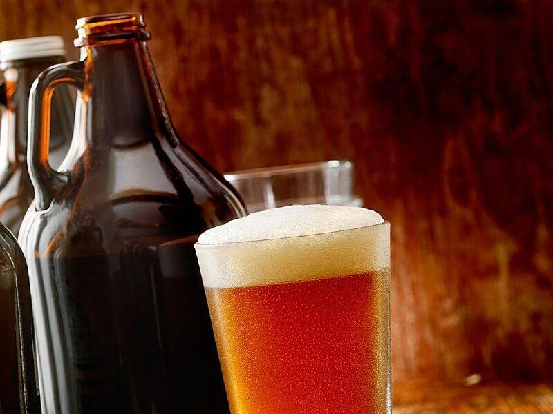 growler e copo de cerveja
