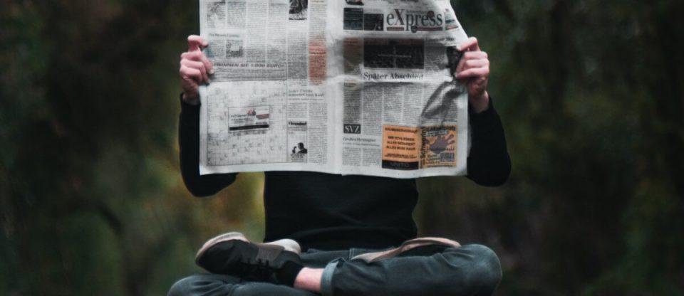 homem lendo jornal