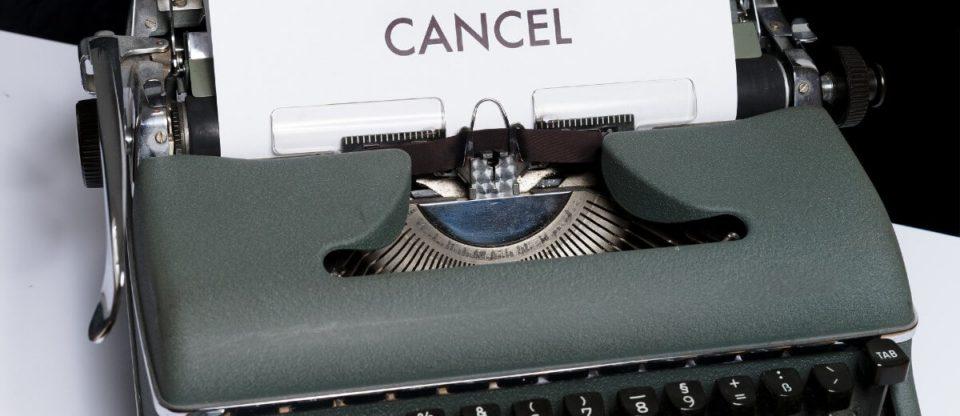 máquina de escrever com a palavra cancelado escrita