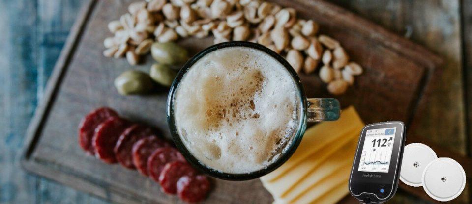 Cerveja e petiscos numa tabua para pergunta se diabético pode beber