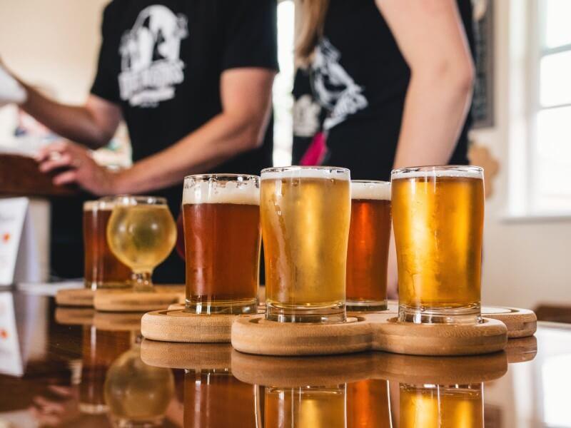 copos de cerveja sem álcool
